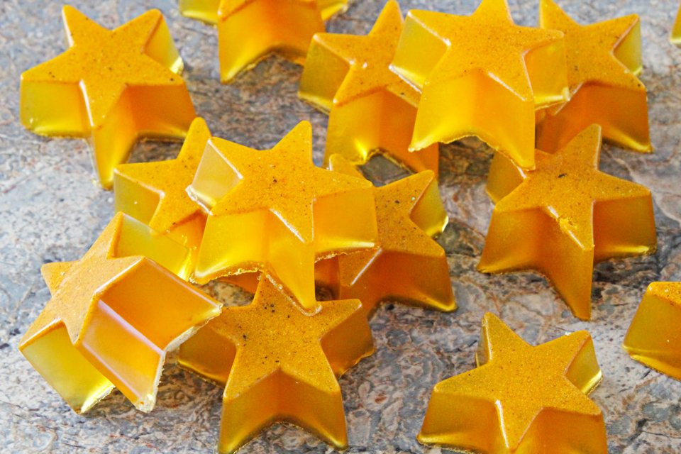 DIY golden turmeric gelatin gummy star dog treats