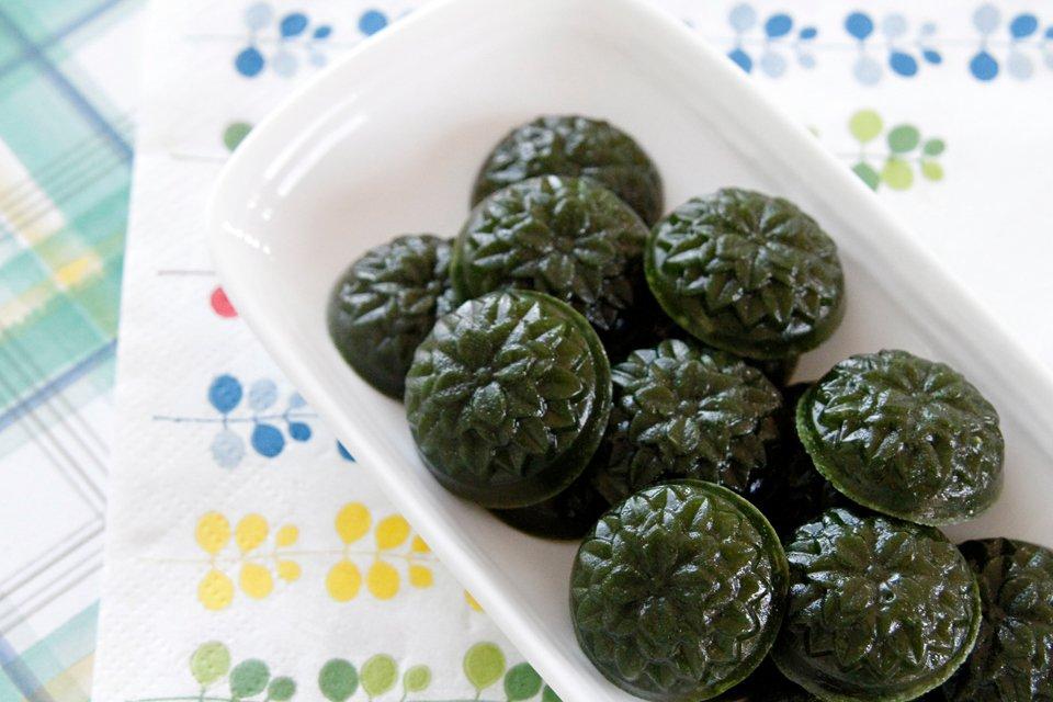 Wheatgrass gelatin gummy dog treats