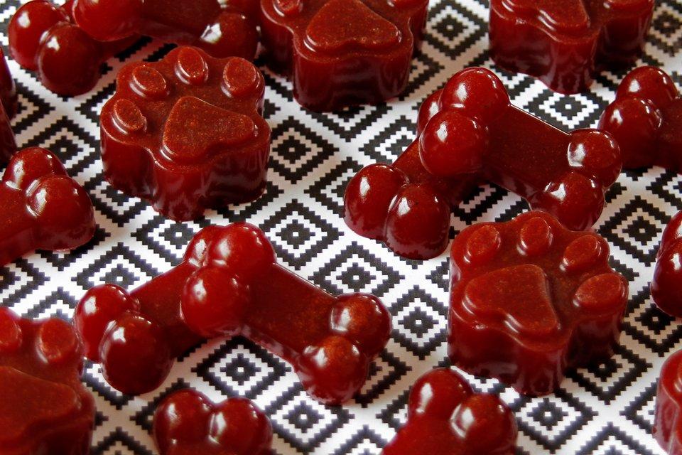 Red velvet carob and beetroot gelatin gummy dog treat recipe