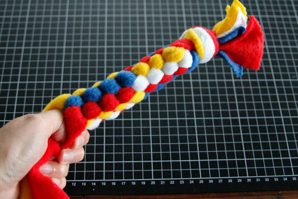 Weaving a DIY colour blocked dog tug toy